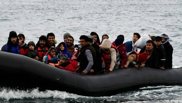 Boot mit Migranten im Mittelmeer (Archivbild) (Bild: The Associated Press)