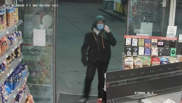 Ein Bild der Überwachungskamera: Dieser Mann soll am 23. Oktober 2020 in einer Tankstelle in Klagenfurt einen Raubüberfall begangen haben, musste aber ohne Geld flüchten. Die Polizei erhofft sich Hinweise. (Bild: LEYROUTZ)
