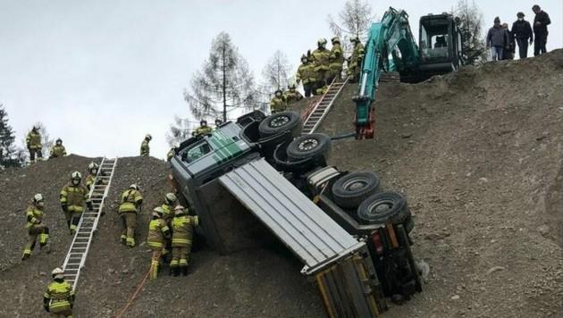 Der Fahrer wurde über die Dachluke befreit. (Bild: Feuerwehr Abersee)
