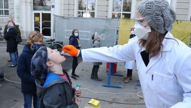 """Auf das """"Nasenbohren"""" folgt das Gurgeln in allen Schulen. (Bild: Judt Reinhard)"""