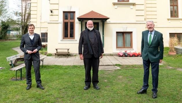 """Schneeberger (re.) mit Domprobst Franz X. Brandmayr und Stadtrat Philipp Gruber: """"Eltern brauchen sich nicht sorgen."""" (Bild: Magistrat der Stadt Wiener Neustadt)"""
