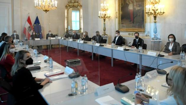 Blick in den Saal der Regierungsklausur (Bild: APA/Roland Schlager)
