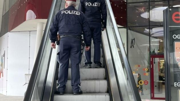 Polizisten bestreifen die Shopping-Tempel (Bild: Schulter Christian)