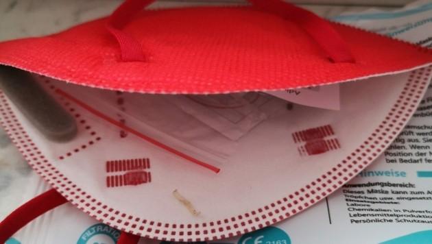 Die in der Apotheke gekaufte FFP2-Maske war originalverpackt. Beim Aufsetzen spürte Volkan D.s Ehefrau den darin zurückgelassenen Fingernagel. (Bild: zVg)