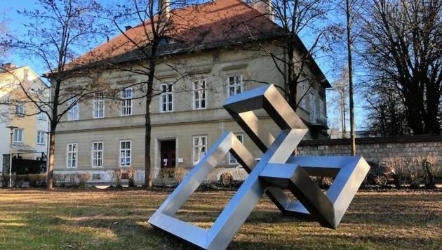 René Fadingers Skulptur vor der Villa For Forest markiert die neue Ausstellungsreihe villar21. (Bild: Raimund Spöck/Verein Inennhofkultur)
