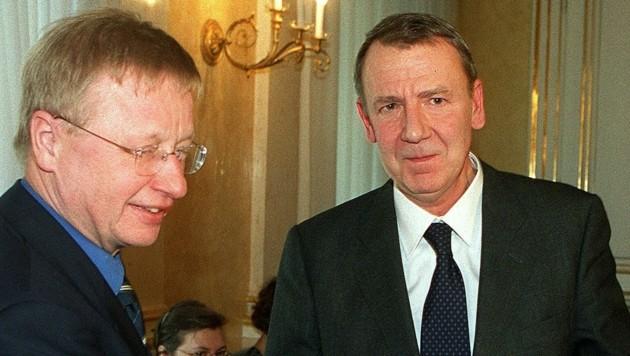 Rudolf Burger (rechts) wurde im Jahr 2000 von Staatssekretär Franz Morak der österreichische Staatspreis für Kulturpublizistik überreicht. (Bild: APA/Herbert Pfarrhofer)