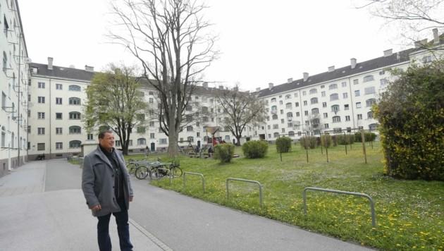 SP-Klubobmann Buchacher im Schlachthofblock, dem ältesten sozialen Wohnbau der Stadt (Bild: Birbaumer Christof)