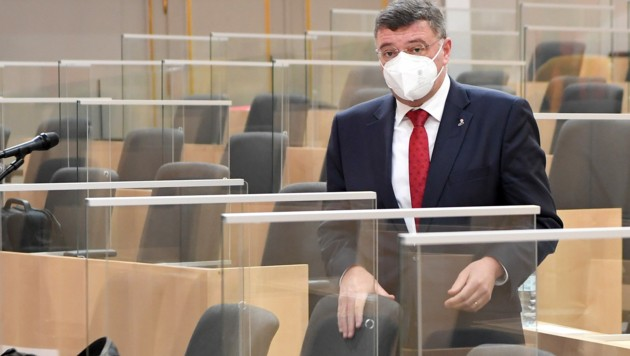 Der stellvertretende SPÖ-Klubchef Jörg Leichtfried will mit einer Gesetzesänderung dafür sorgen, dass künftig alle Abgeordneten im Parlament eine Maske tragen müssen. (Bild: APA/ROLAND SCHLAGER)
