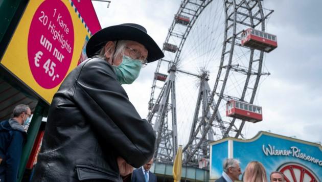 Ein Besucher im Wiener Prater im Jahr 2020 (Bild: JOE KLAMAR / AFP)