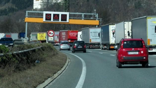 Durch den Unfall bildete sich ein kilometerlanger Rückstau, der sich erst Stunden später auflöste. (Bild: zoom.tirol)