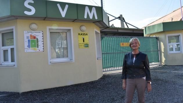 Noch-Bürgermeisterin Salomon vor dem Pappelstadion (Bild: Stadtgemeinde Mattersburg)