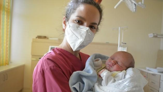 Im Klinikum Freistadt, kamen 8365 Babys zur Welt. Max, mit Hebamme Lisa Garcia, war am 31. Dezember das letzte 2020er-Baby. (Bild: OÖG)