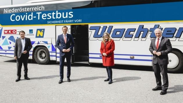 Erste Bilanz der Testbusse: Ecker, Danninger, Königsberger-Ludwig und Miernicki (v. li.) sind durchaus zufrieden. (Bild: WKNÖ)