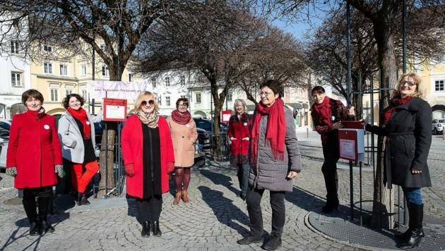 """""""Fraustadt Freistadt"""" sucht derzeit auch Texte zu Corona, die jeder in rote Briefkästen am Stadtplatz einwerfen kann. (Bild: Alexandra Grill)"""