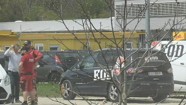 """Das Team der """"EOD Munitionsbergung"""" war mit mehreren Fahrzeugen vor Ort (Bild: P. Huber)"""