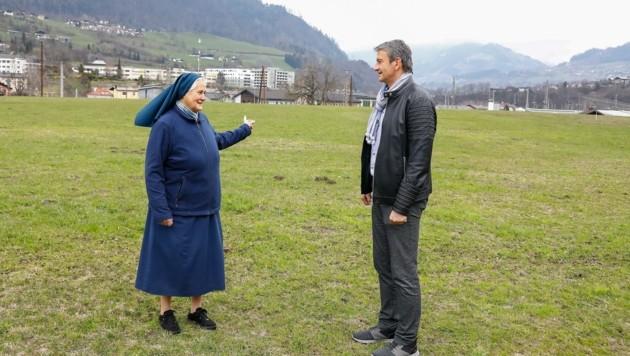 Schwester Katharina von den Barmherzigen Schwestern und Bürgermeister Andreas Haitzer am Dienstag bei der Begehung der Flächen im Gewerbegebiet Urfahr in Schwarzach. (Bild: Gerhard Schiel)