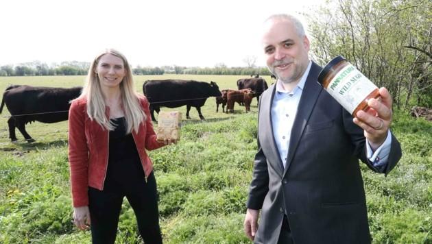 """Klaudia Atzmüller von """"Ja! Natürlich"""" und Matthias Grün von Pannatura haben sich eine nachhaltige Landwirtschaft zum Ziel gesetzt. (Bild: Judt Reinhard)"""