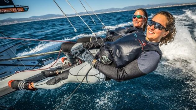 Zwei Frauen in einem Boot: Laura Schöfegger und Anna Boustani (re.) – drei Saisonen segelte das Duo zusammen, im Herbst 2020 war Schluss. (Bild: Tobias Stoerkle www.blende64.c)