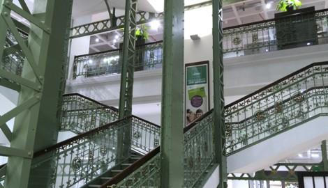 Das historische Stiegenhaus im Leiner-Haus ist bald Geschichte. Es wird in 27 Teile zerstückelt und online versteigert. (Bild: APA/GERALD MACKINGER)