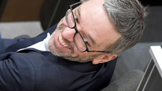 FPÖ-Klubchef Herbert Kickl und ein Großteil seiner Parteifreunde verweigern das Anlegen von FFP2-Masken im Parlament. (Bild: APA/ROLAND SCHLAGER)