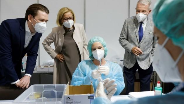 Kanzler, Landeshauptfrau und Bürgermeister begrüßen die Impfzentren – hier in Wiener Neustadt. Die Hausärzte fühlen sich aktuell aber wenig eingebunden. (Bild: Tatic)