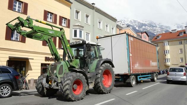 Die Anrainer in St. Nikolaus (Innsbruck) empfinden die vielen Traktor-Fahrten als belastend. (Bild: Christof Birbaumer)