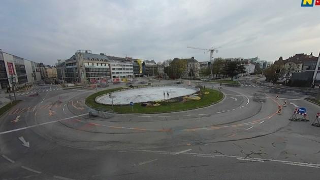 Autofreier Europaplatz? Mitnichten! Man muss aber genau hinschauen, um Pkw zu erkennen. (Bild: Screenshot)