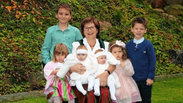 Anni aus Eibiswald im Kreise ihrer Familie: Alleine im vergangenen Jahr wurde die 59-Jährige viermal Oma! Nun sucht die Familie nach Stammzellen-Spendern für die rettende Heilung. (Bild: Geben für Leben)