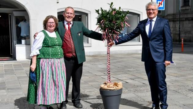 2020 gab's von Monika und Günther Kreutler (Heimat- und Trachtenverein, l.) nur ein symbolisches Bäumchen. (Bild: Dostal Harald)