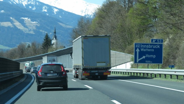 Auf der A12, Fahrtrichtung Innsbruck auf Höhe Vomp, begannen die Attacken der Lenkerin. (Bild: zoom.tirol)