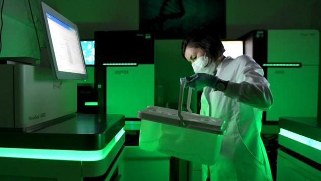 Eine Wissenschaftlerin an DNA-Sequenzierungsmaschinen in einem CeMM-Labor in Wien (Bild: APA/Roland Schlager)