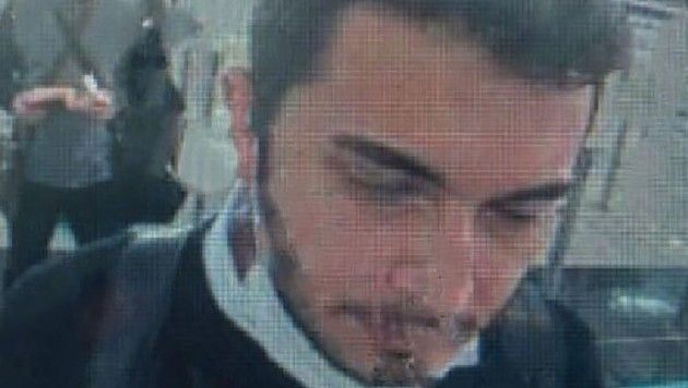Thodex-Gründer Faruk Fatih Özer wurde bei der Passkontrolle am Istanbuler Flughafen von einer Überwachungskamera gefilmt. (Bild: APA/AFP/Demiroren News Agency (DHA)/Handout)