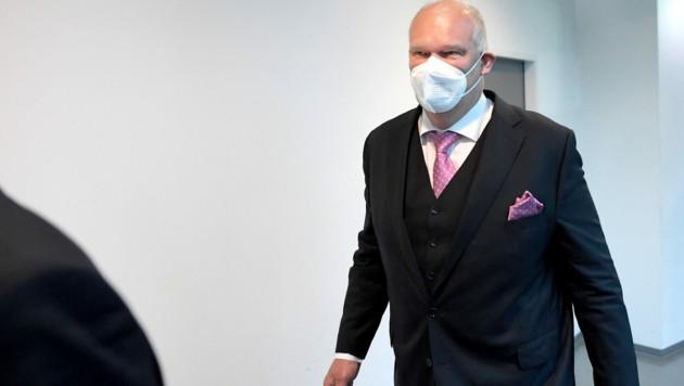 Kaffeehausbetreiber Berndt Querfeld vor Verhandlungsbeginn (Bild: APA/ROLAND SCHLAGER)