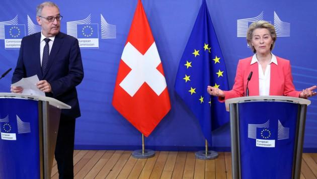 EU-Kommissionspräsidentin Ursula von der Leyen und der Schweizer Bundespräsident Guy Parmelin bei einer Pressekonferenz am Freitag (Bild: AFP)