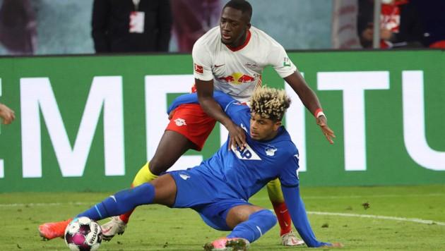 Ibrahima Konate im Zweikampf mit Hoffenheim Georginio Rutter (Bild: AP)
