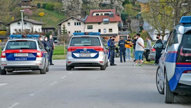 Gegen 20 Uhr traf die alarmierte Polizei am Tatort ein. (Bild: zoom.tirol)