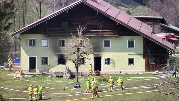 In Krispl (Tennengau) ist am Samstagnachmittag in einem alten Bauernhaus ein Brand ausgebrochen. (Bild: Markus Tschepp)