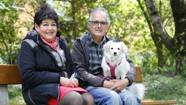 Die Innsbruckerin Margit Kahr mit ihrem Ehemann Peter und der gemeinsamen Hündin Lefki (Bild: Birbaumer Christof)