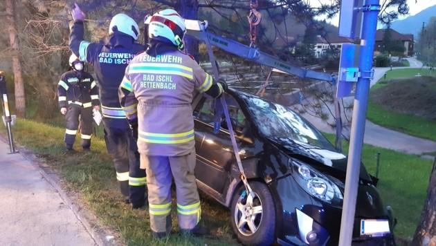 Der Fahrneuling war in Bad Ischl, im Ortsteil Rettenbach, gegen einen Baum geprallt. Bilanz: drei Verletzte. (Bild: FF Bad Ischl)