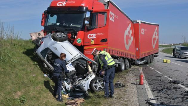 Der Wagen der Frau wurde beim Abbiegen Richtung Jeging völlig zerstört, sie hatte keine Überlebenschance (Bild: Manfred Fesl)