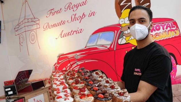 Verkäufer Haseeb präsentiert die Donuts (Bild: Christian Jauschowetz)