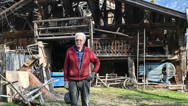 Friedl Abenthung vor seinem Stadel, der gerade zerlegt wird (Bild: LIEBL Daniel   zeitungsfoto.at)