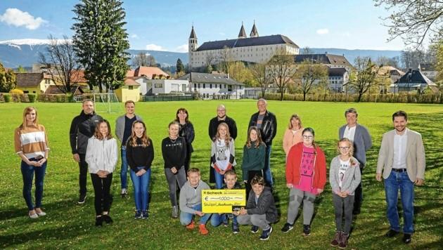 Die 1B-Klasse des Gymnasiums St. Paul erhielt 1000 Euro (Bild: Thomas Hude)
