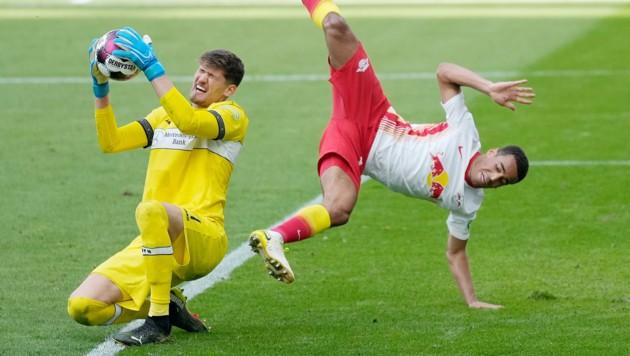 Gregor Kobel (Stuttgart) gegen Tyler Adams (RB). (Bild: GEPA )