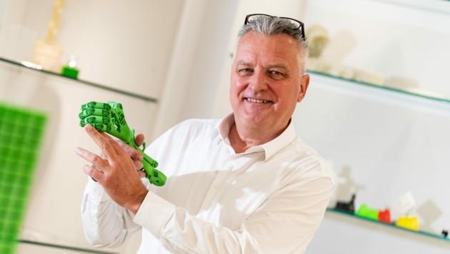 """Wolfgang Humml ist auch nach 25 Jahren voller Tatendrang: Bei """"1zu1 Prototypen"""" werden unter anderem auch Skelette für Roboter entwickelt. (Bild: Stiplovsek Dietmar)"""