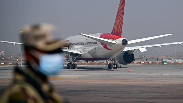 Ein Security-Mitarbeiter am Indira Gandhi International Airport in Neu-Delhi (Bild: APA/AFP/Sajjad Hussain)