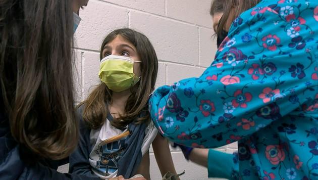 Die neunjährige Alejandra bekommt im Rahmen einer Studie in New York eine erste Injektion mit dem Corona-Impfstoff von Biontech/Pfizer. (Bild: AP/Duke Health Photography)