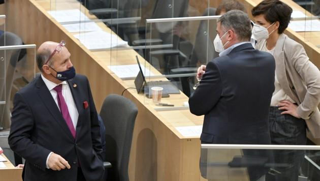 SPÖ-Chefin Pamela Rendi-Wagner mit ihrem Klubvize Leichtfried und Nationalratspräsident Sobotka (Bild: APA/HERBERT NEUBAUER)