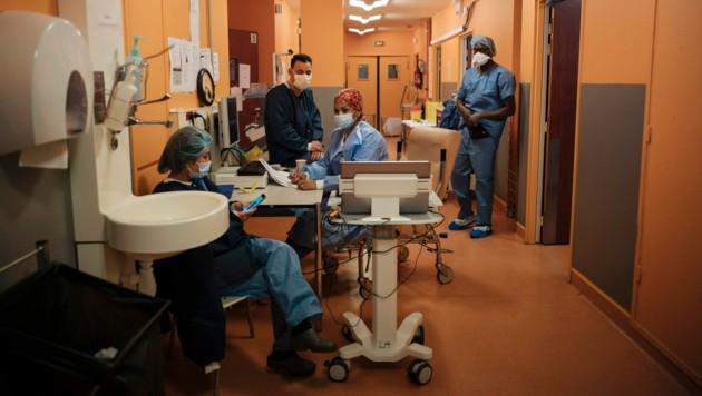 Pfleger in einem Krankenhaus in Paris (Symbolbild) (Bild: AP)