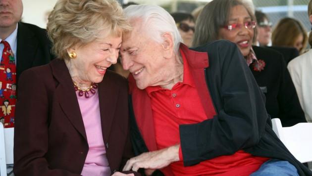 Kirk Douglas und seine Ehefrau Anne Douglas (Bild: AFP )